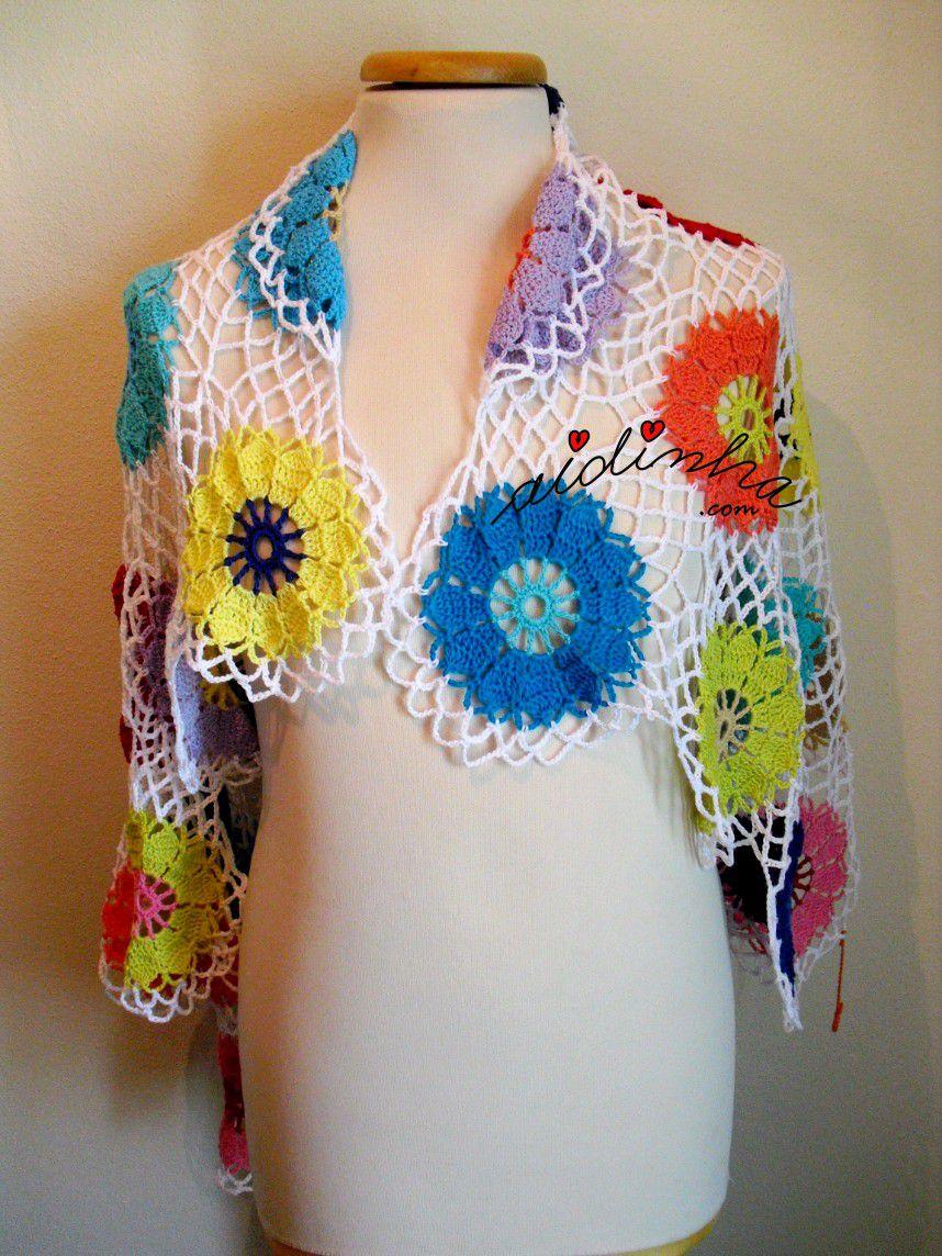 Écharpe multicolorida, com rosetas de crochet