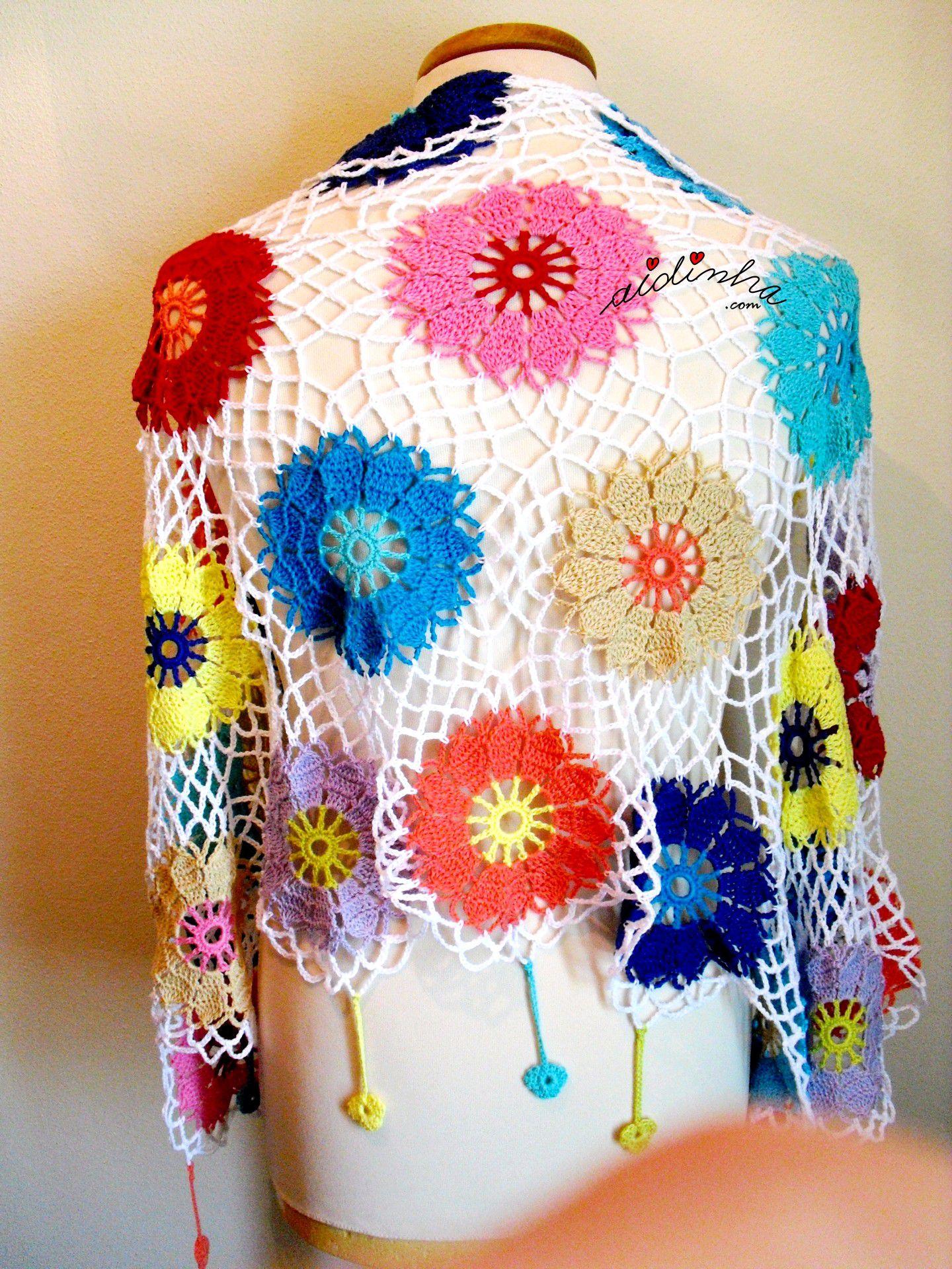 Parte detrás da écharpe multicolorida com rosetas de crochet