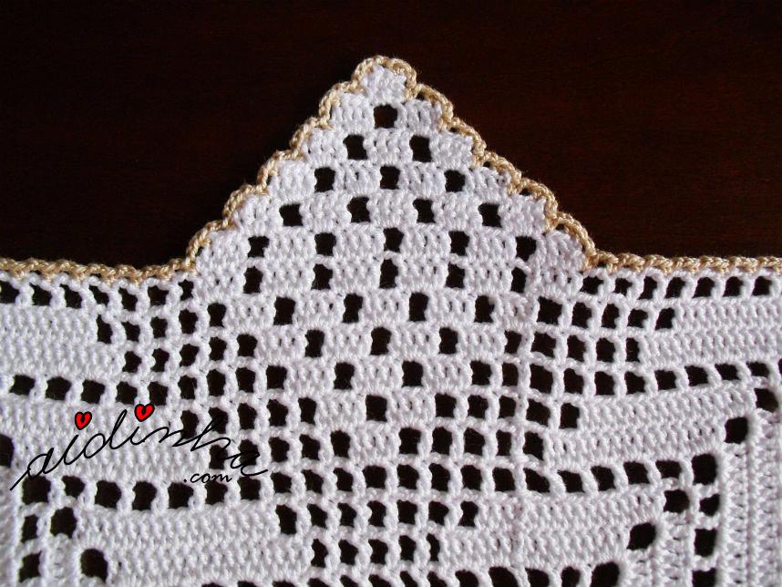 Bico do crochet do centro com linho e crochet, com bicos