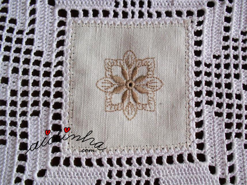 Foto do quadrado de linho do centro de linho e crochet com bicos