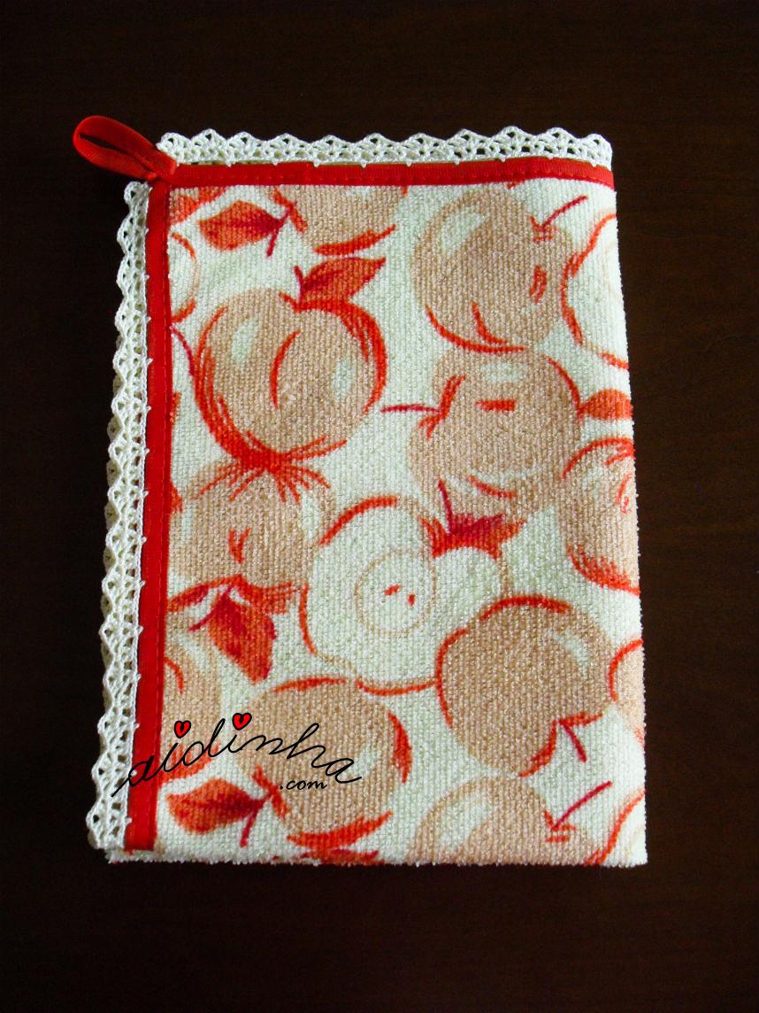 Outra foto do pano turco de cozinha, com crochet e maçãs