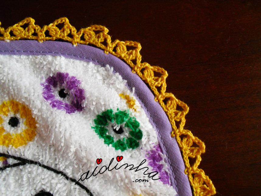 Foto de outro canto do crochet do pano de cozinha com sardinhas