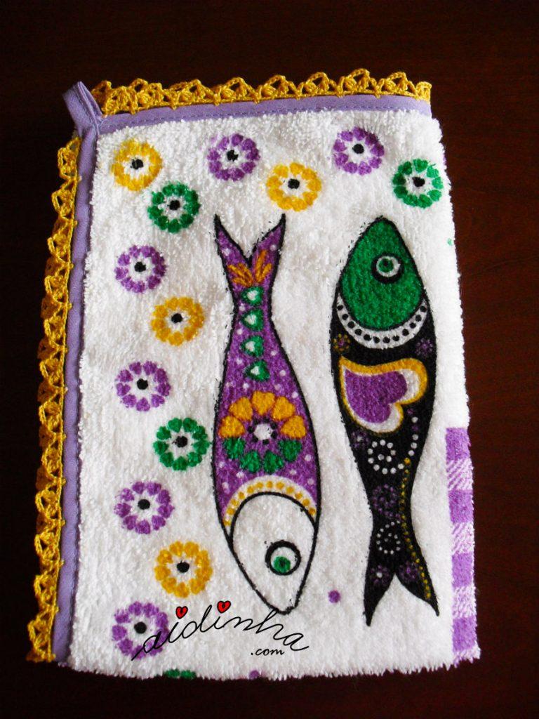 Outra foto do pano de cozinha, com sardinhas e crochet