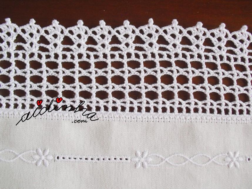 Motivo do crochet do conjunto de quarto em linho bordado e com corações