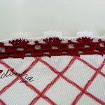 Toalhinha branca e bordeaux com crochet