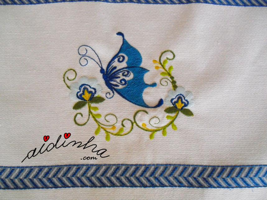 Bordado do pano de cozinha com borboleta e crochet