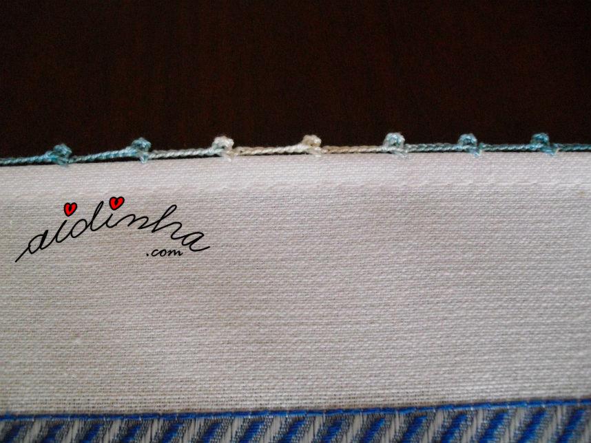Foto dos biquinhos de crochet dos lados do pano da louça