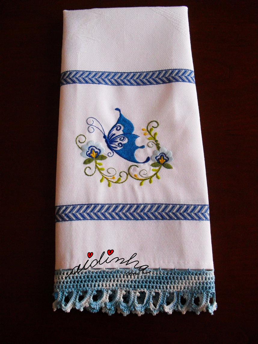 Outra foto do pano da louça, bordado com borboleta, e com crochet
