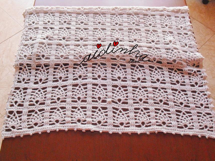 foto da écharpe de crochet, com desenho de pinhas