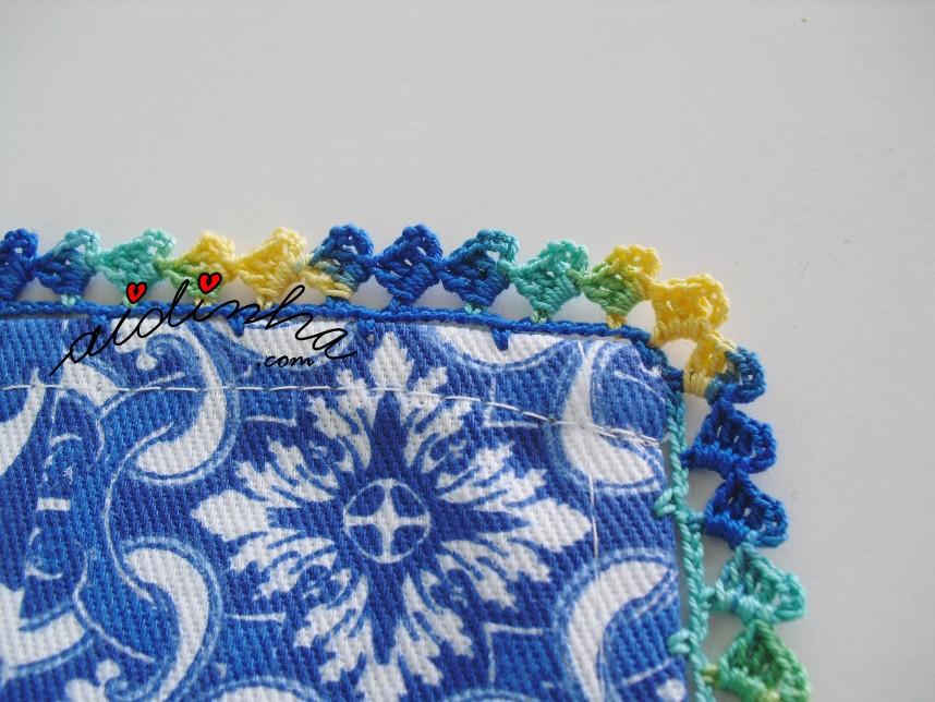 pormenor do crochet do conjuto de avental e pano de cozinha