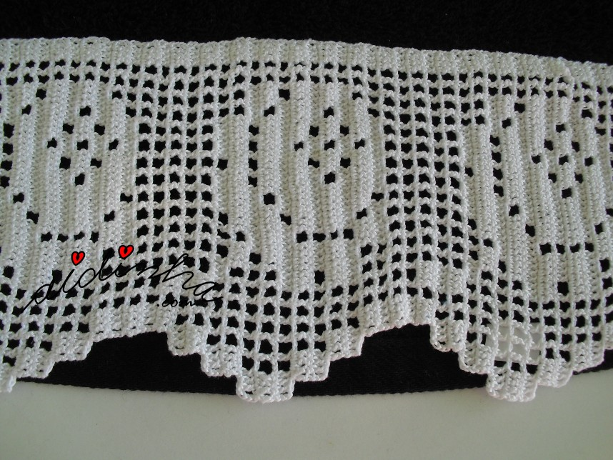 pormenor da barra de crochet branca das toalhas de banho pretas