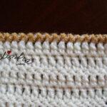 Gola de crochet, pérola e creme, em forma de laço