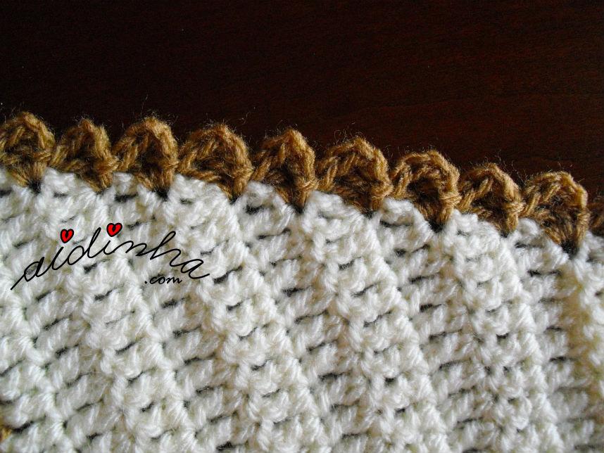 foto de uma das pontas da gola de crochet pérola e creme