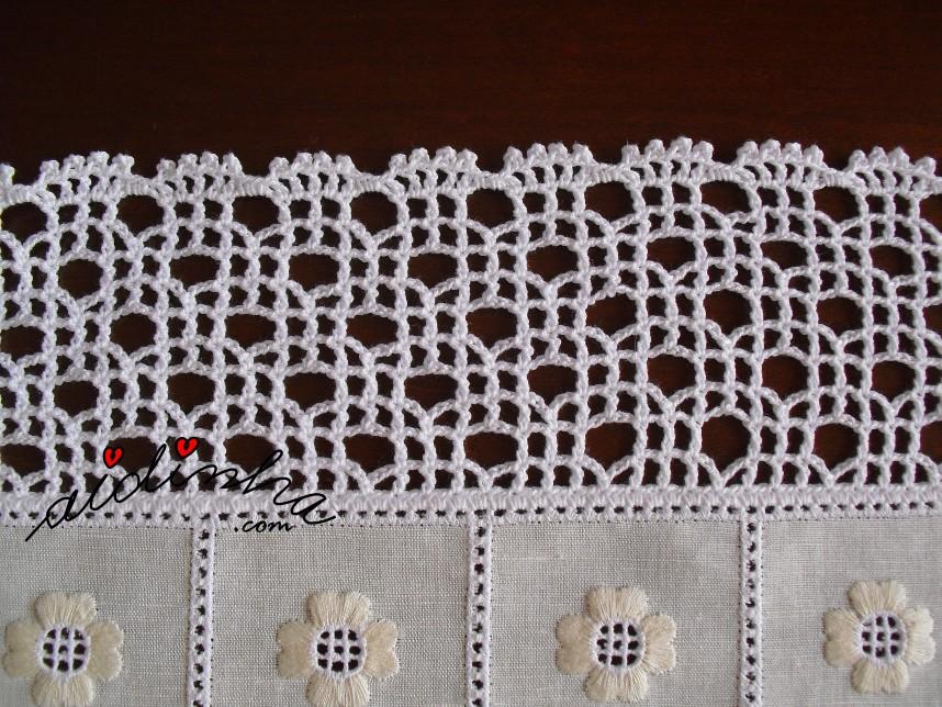 pormenor do crochet feito no conjunto de centros em linho bordado e crochet