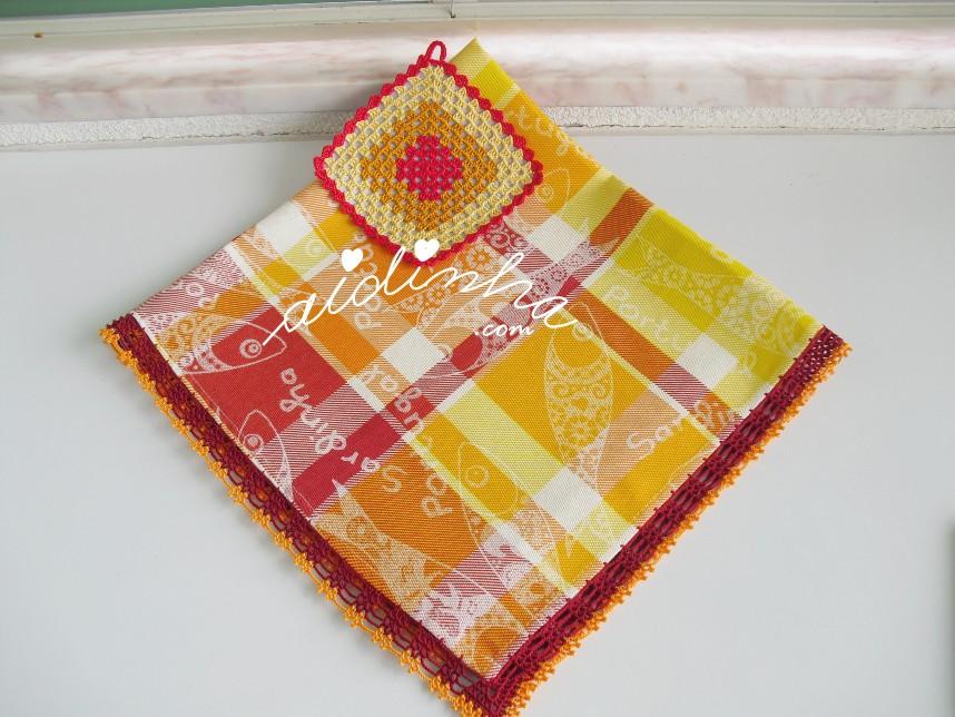 conjunto de toalhinha e pega de crochet