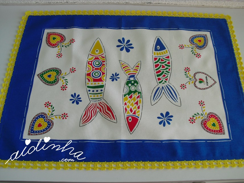 pano azul do conjunto de panos de cozinha com sardinhas e crochet