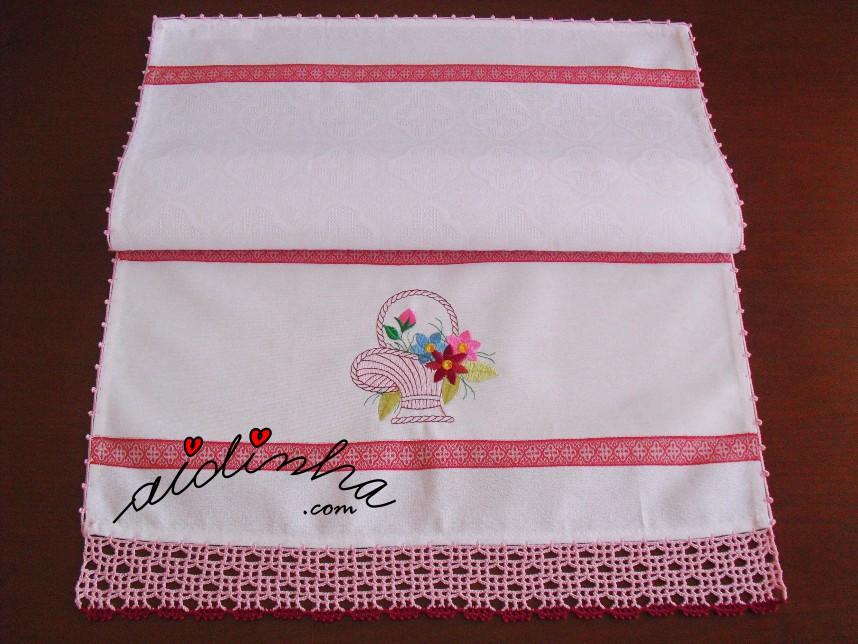 pano de cozinha, com cesta bordada e crochet rosa