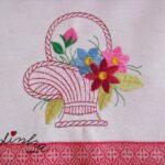 Pano de cozinha com cesta bordada e crochet