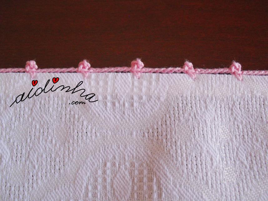 volta de crochet de remate do pano de cozinha com cesta bordada