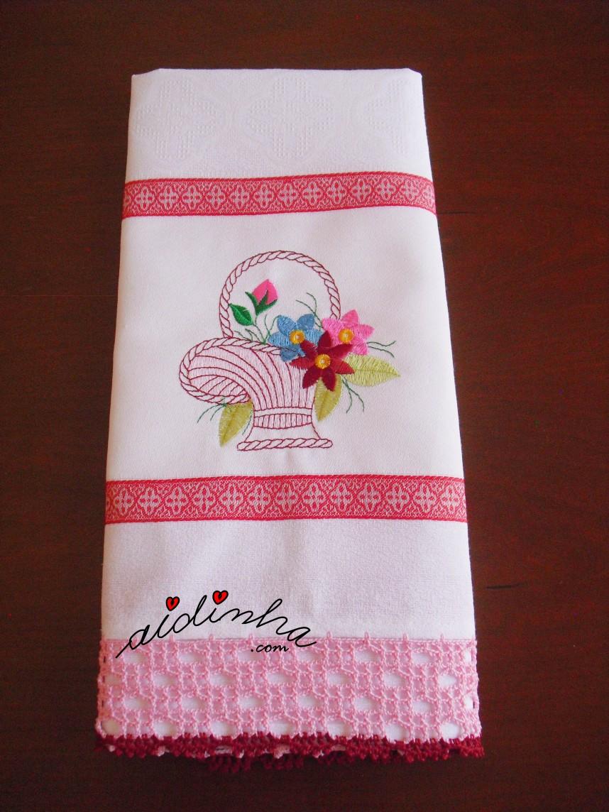outra foto do pano da louça com cesta bordada e crochet