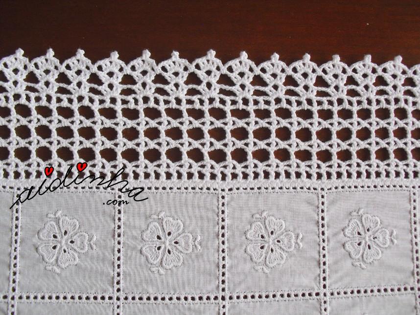 pormenor do crochet dos centros com cambraia bordada e crochet de corações
