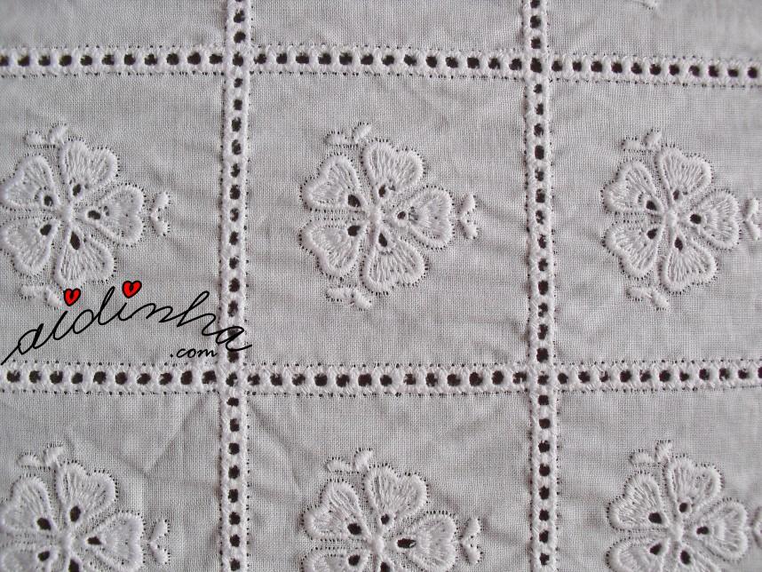 foto da cambraia bordada do centro com crochet de corações