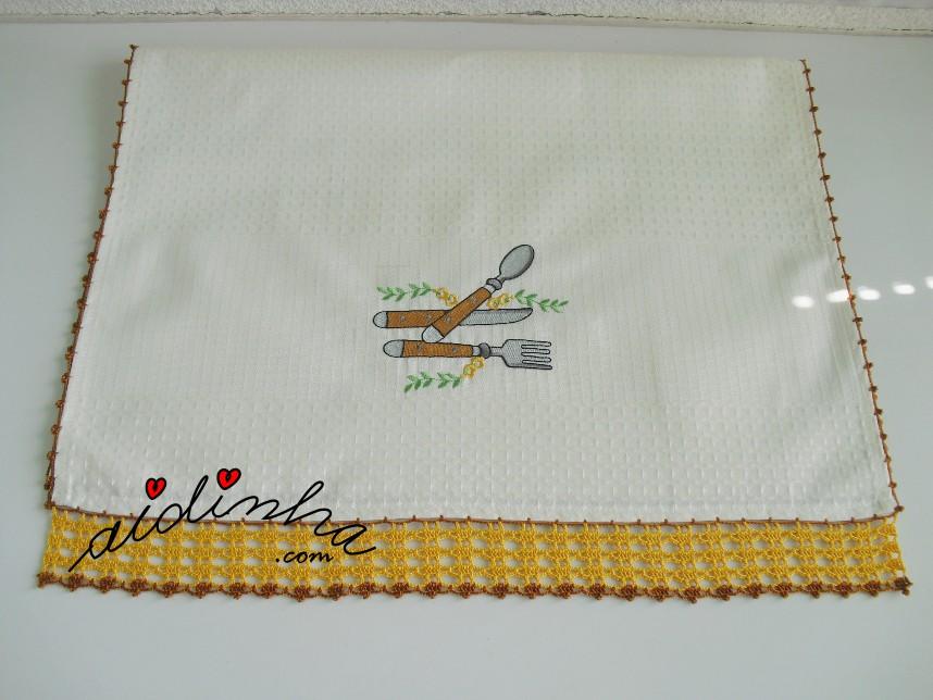 pano de favo do conjunto de cozinha com crochet amarelo e castanho