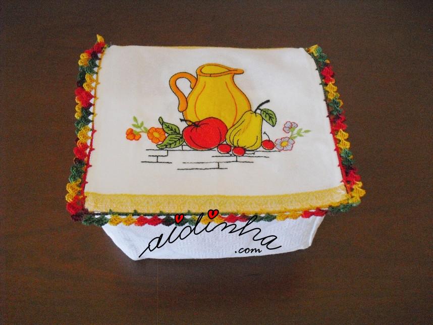 Caixa porta-guardanapos com frutas e louça e crochet