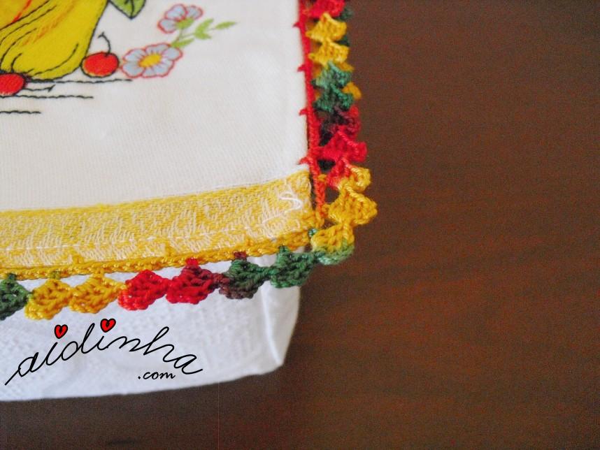 foto do crochet da caixa porta guardanapos com frutas e louça e crochet