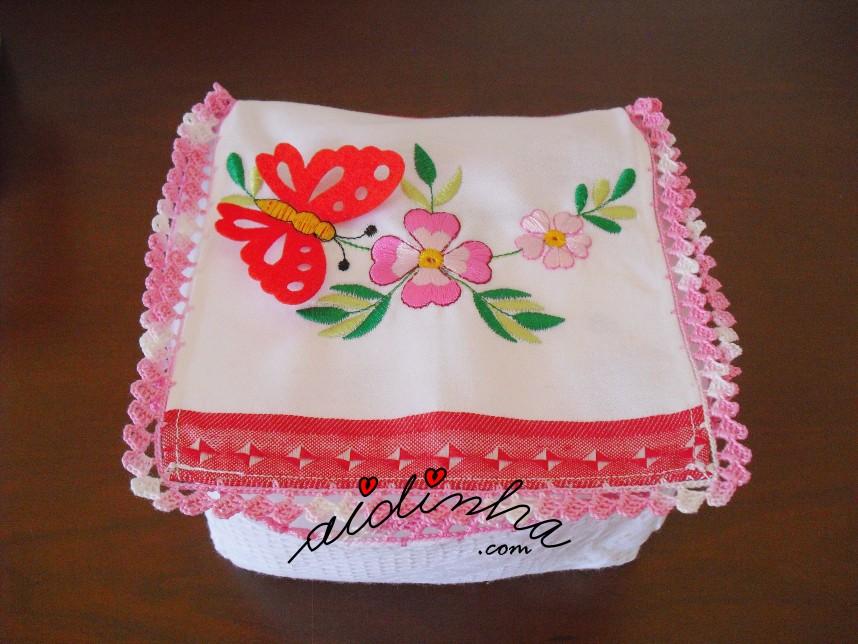 Caixa porta-guardanapos com flores e borboleta e crochet