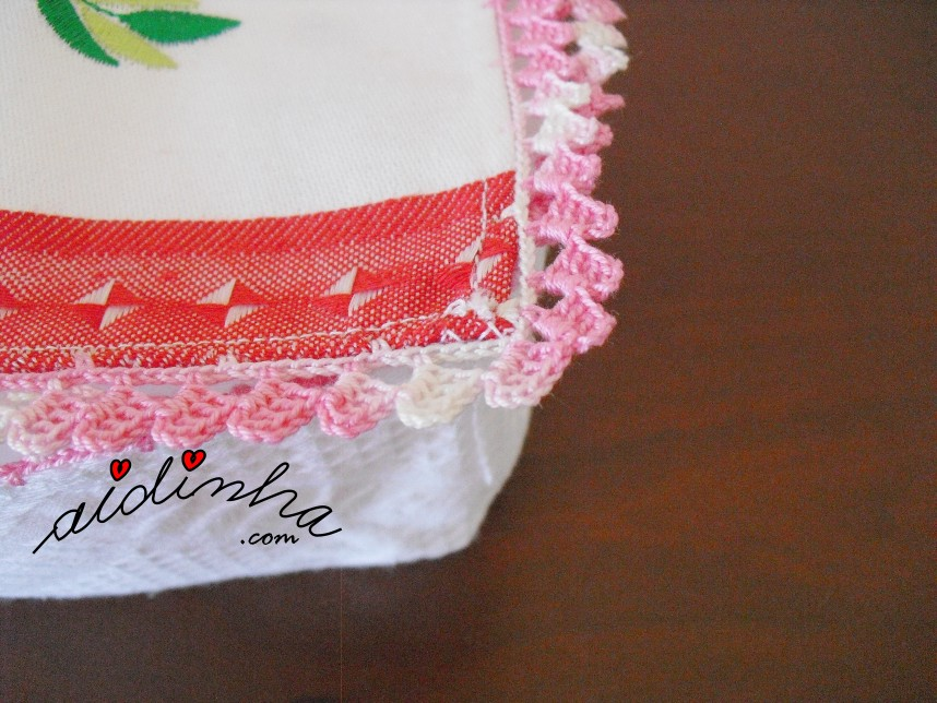 foto do crochet da caixa porta guardanapos com flores e borboleta e crochet