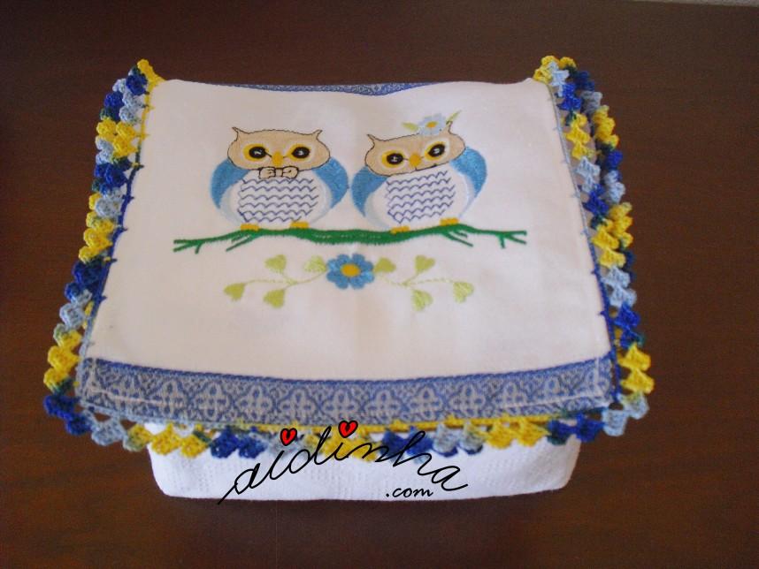 Caixa porta-guardanapos com mochos e crochet