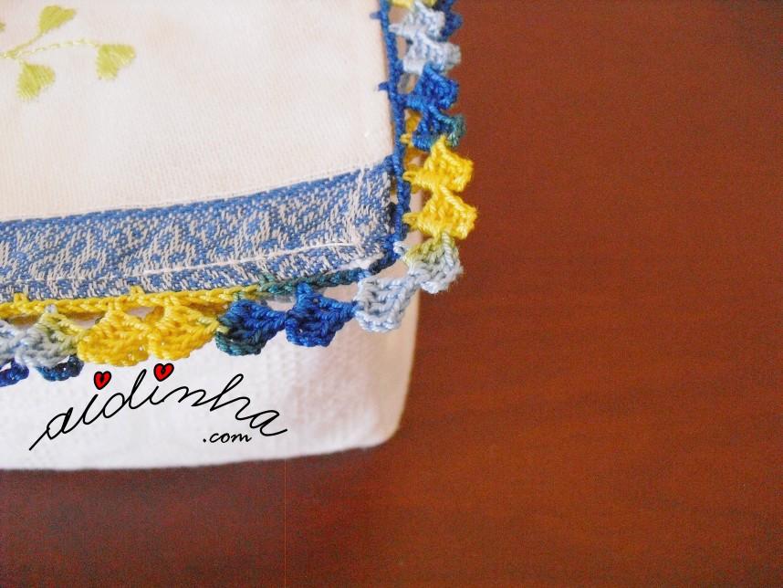 foto do crochet da caixa porta guardanapos com mochos e crochet