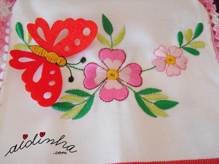 flores bordadas e borboleta aplicada na caixa de guardanapos com crochet