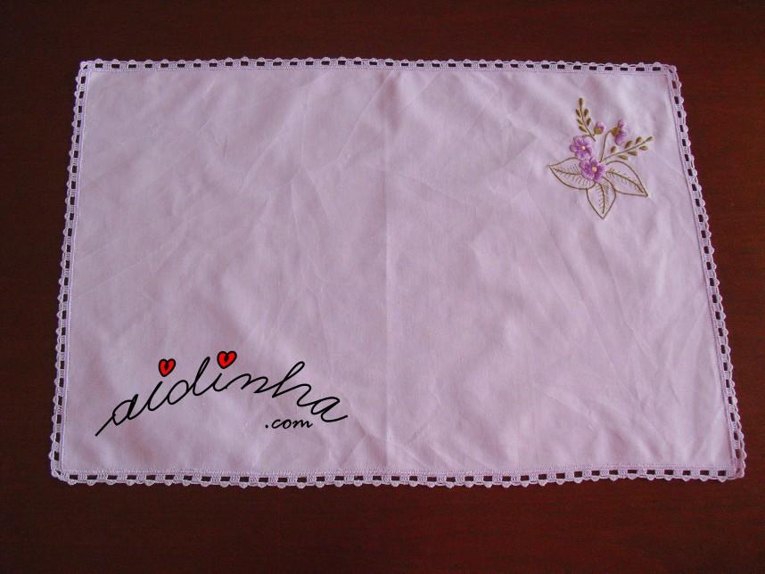 individual lilás, bordado e com crochet