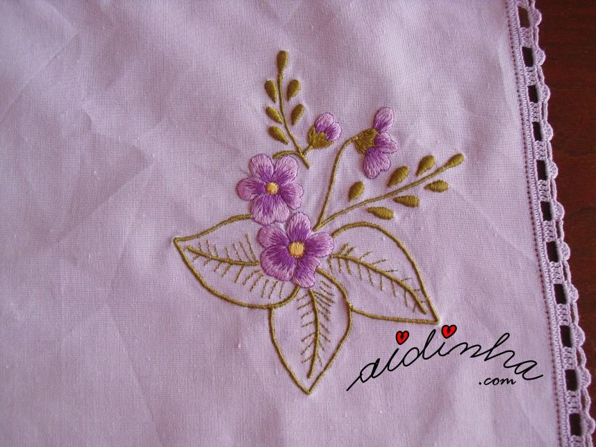 Bordado do individual lilás e com crochet