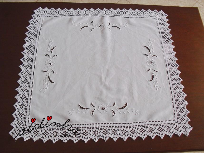 centro em linho, bordado e com crochet
