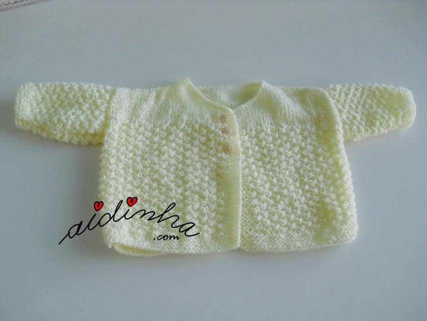 outra foto do casaquinho de bebé em tricot, amarelo clarinho