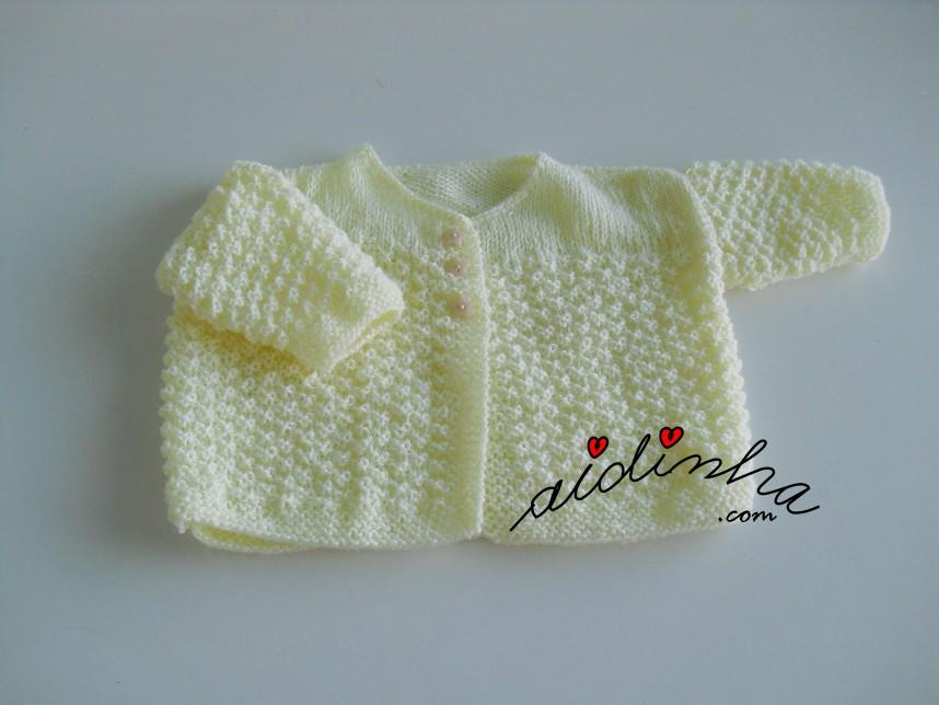 casaquinho de bebé em tricot, amarelo clarinho