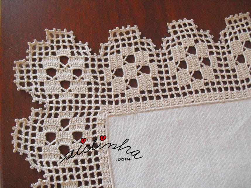 crochet do grande centro em linho bordado à mão