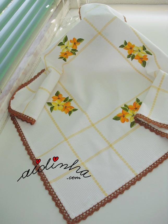 Toalha de mesa pintada à mão e com crochet