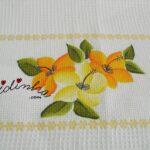 Toalha de mesa pintada à mão, com flores em amarelo e laranja e com crochet