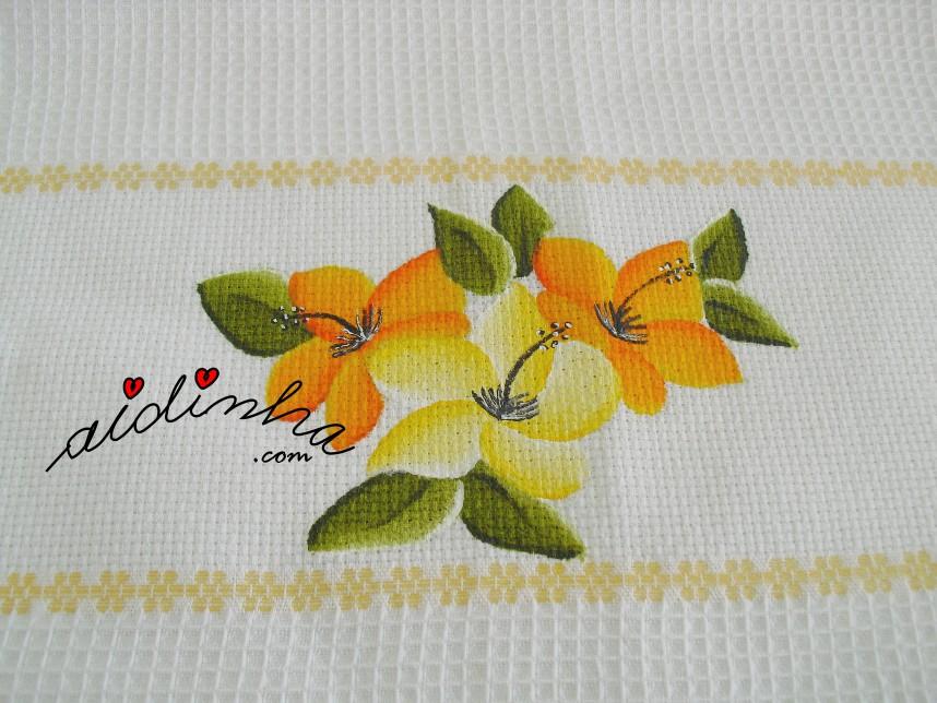 Toalha de mesa, pintada à mão com flores em amarelo e laranja e com crochet