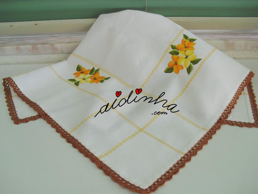 outra foto da toalha pintada à mão e com crochet