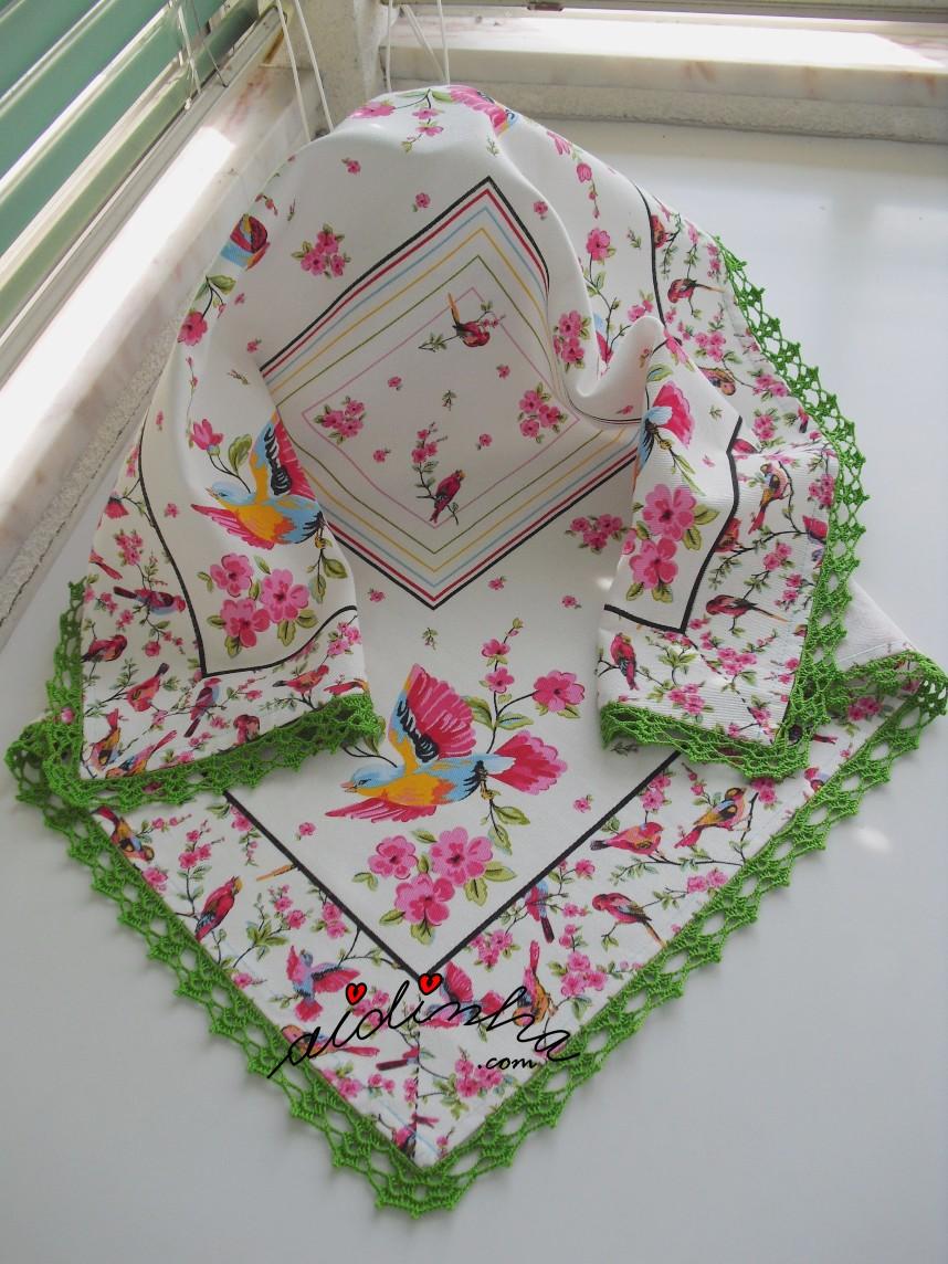 Toalhinha de mesa com crochet verde