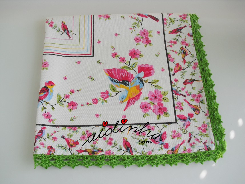 outra foto da toalhinha dos passarinhos e crochet verde