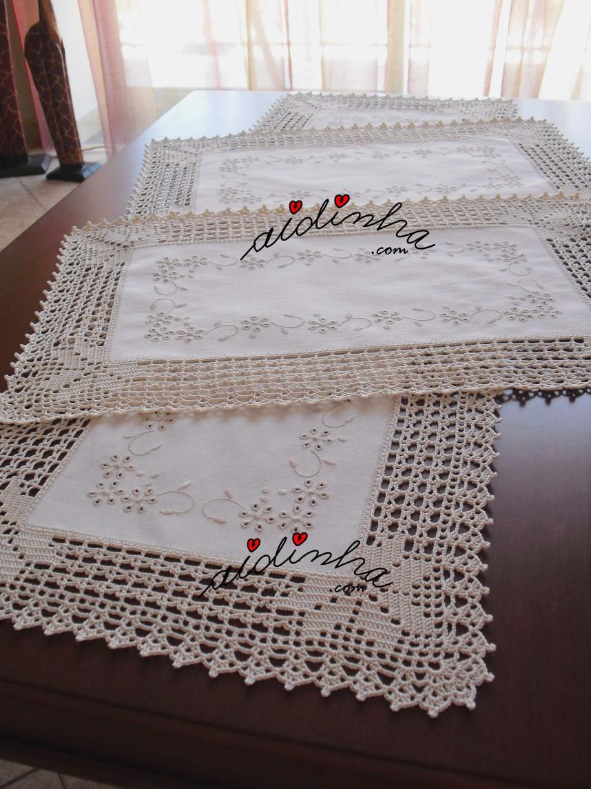 outra foto do conjunto de quarto em linho bordado e com crochet na cor creme