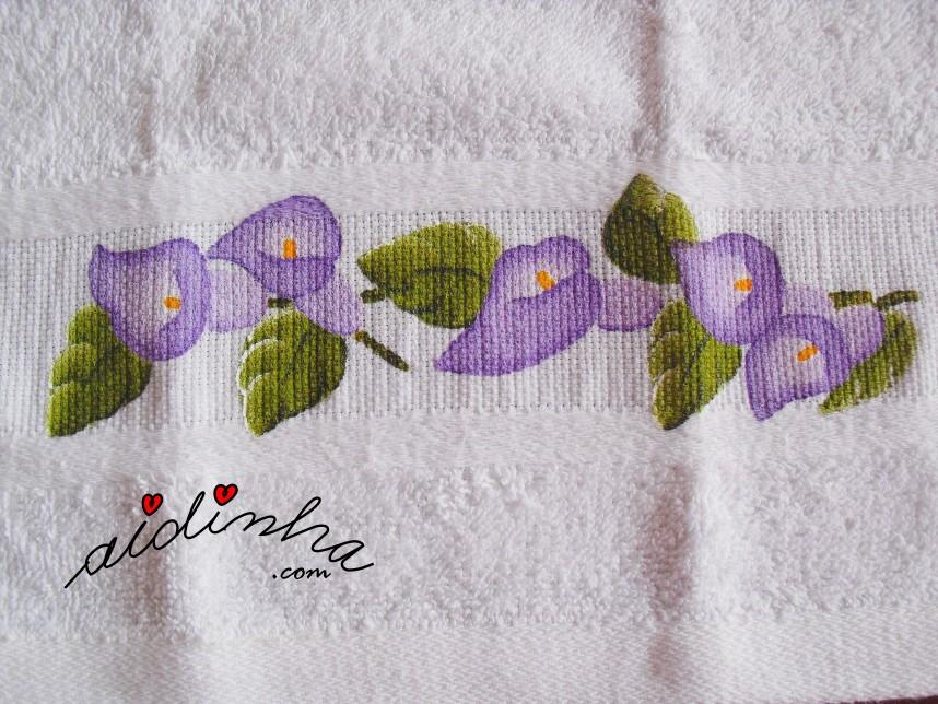 Flores roxas pintadas à mão do conjunto de banho