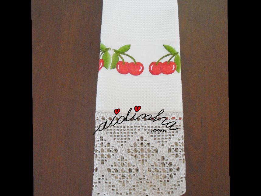 outra foto do pano de cozinha pintado à mão com cerejas e crochet