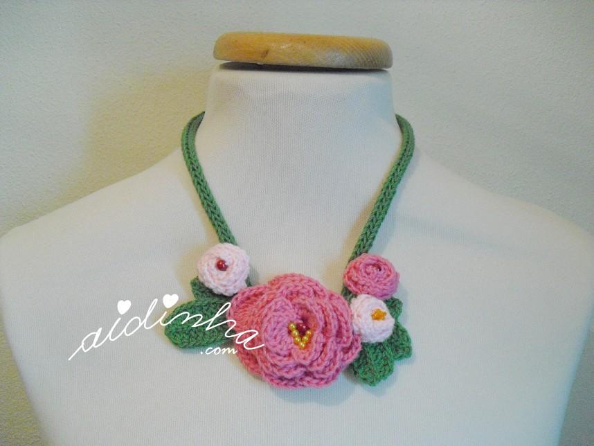 Colar de crochet, com rosas
